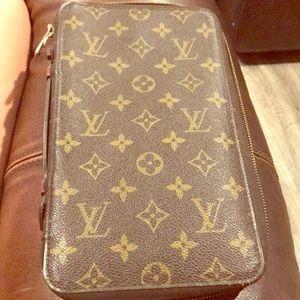 Louis Vuitton (VINTAGE) Zippy organizer clutch!